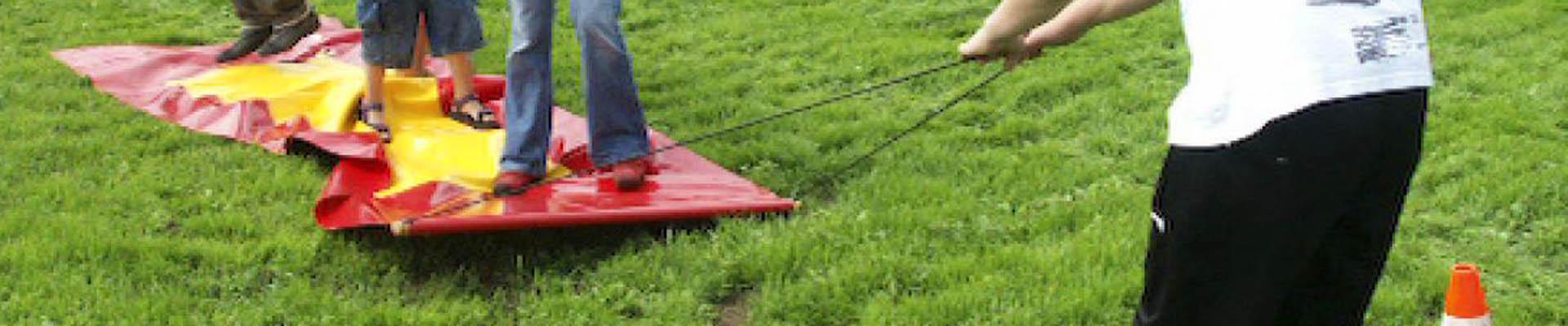 vliegend tapijt spel van een zeskamp bedrijfsuitje